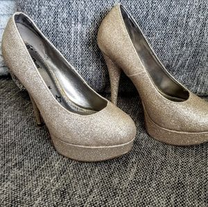 Shoes - Brash sparkled gold pumps